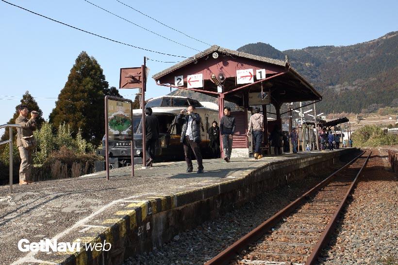↑(震災前)立野駅ホームでは、特急「あそぼーい!」の到着で賑わう様子が良く見られた