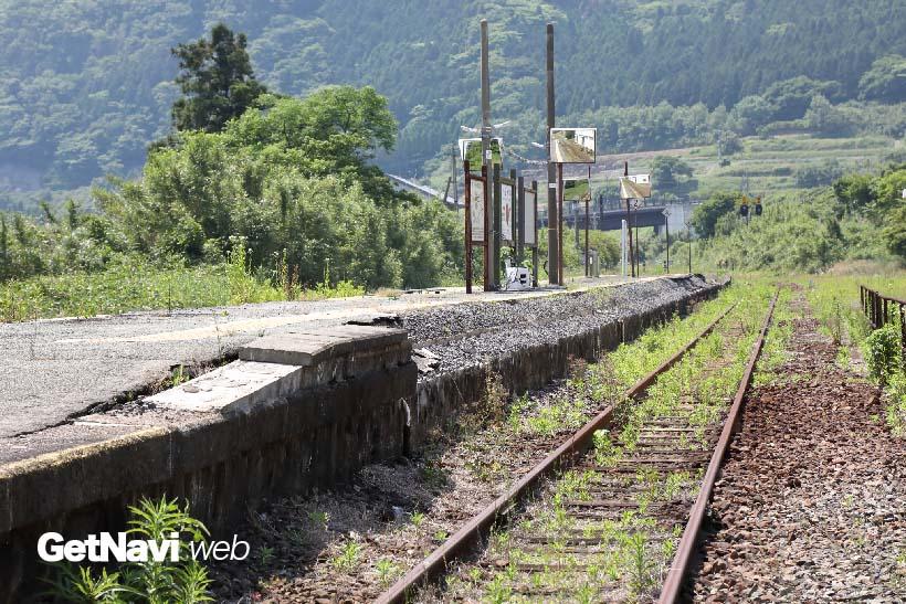 ↑(現状)立野駅のホームは大きく崩れ、ホーム上にあった屋根も解体されていた