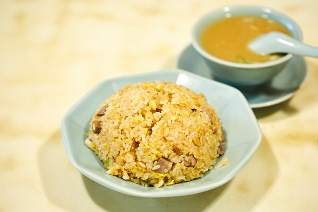 「チャーハン」(¥770)。固めに炊いたご飯と、卵、ネギ、チャーシュー、塩、胡椒などで仕上げる、あくまでシンプルなレシピ。セットのスープは、やはり白濁した同店ならではのもの