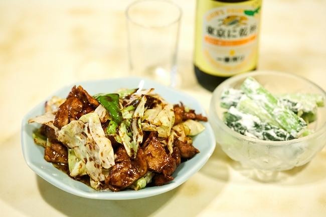 八丁味噌で作った自家製テンメンジャン決め手の「回鍋肉」(¥820)、塩と黒胡椒とホイップクリームでまさかのおいしさに仕上げた「きゅうりのクリーム和え」(¥500)。しっかり冷えた「びんビール(中)」(¥530)とも抜群の相性です