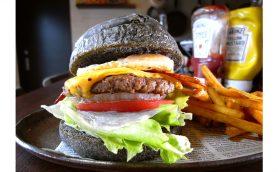 バーガーの醍醐味はサックサクの「食感」にあり! カウンターだけの小さな実力店、王子神谷「THE BURGER STAND」