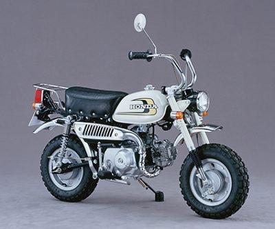 ↑リジットサスペンションからショック機構を搭載。ブロックタイヤを備え、悪路での走行も意識した1974年登場の「Z50j」