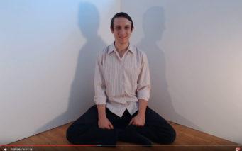出典画像:「Sitting and Smiling #270」YouTubeより。