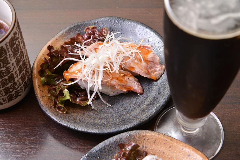 ↑マグロホホ肉(ステーキソース)×SVB「アフターダーク」。食べごたえのあるホホ肉がソースと相まって、まるで肉のステーキのよう。深いロースト香の際立つ黒ビールが、脂のジューシーな寿司と美味なるハーモニーを生み出します