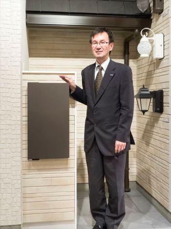 1992年から宅配ボックスの開発に携わってきたパナソニック エコソリューションズ社の高橋弘喜さん。「電気を使わないので既に建築済の家にも設置できるのが強みです」と語る