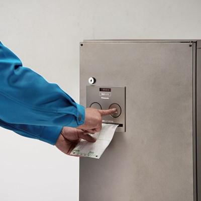 パナソニックの宅配ボックスに採用されているバネ式捺印機構は、ボタンを押すとセットされているスタンプ式の印鑑が押される仕組みになっている