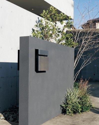 洗練されたデザインの戸建用宅配ボックスCOMBO-F。上部が郵便受け、下部が宅配ボックスになっています。差し込み口に伝票を入れて本体のボタンを押すと捺印される機構を備えています。11万8584円~