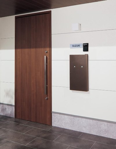 住宅壁に埋め込むタイプのポスト一体型宅配ボックスCOMBO-int。家の中から荷物が取り出せるのはやはり便利。外壁に合わせられるようにカラーは4色展開。18万9000円