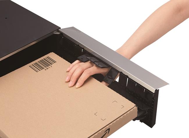盗難配慮機構として開発された独自のフラップ構造を備えた「ナスタガード」(意匠登録済)により抜き取りが防止されている。問い合わせ:株式会社ナスタ Tel03-6779-8775(代表)