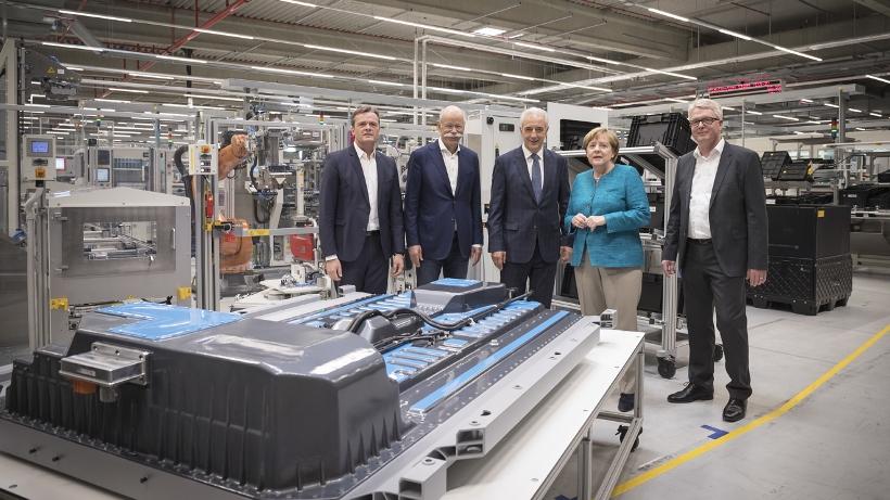 リチウムイオンバッテリーの新工場は、ダイムラーが子会社化したアキュモーティブ社の第2工場に位置づけられ、ドレスデンの東50kmに位置するカーメンツの既存工場の隣に建設し、2018年半ばに稼働開始の予定だ。