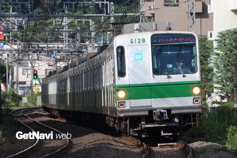 ↑小田急線内を走る東京メトロ6000系。独特のスタイルは有楽町線7000系などに引き継がれている