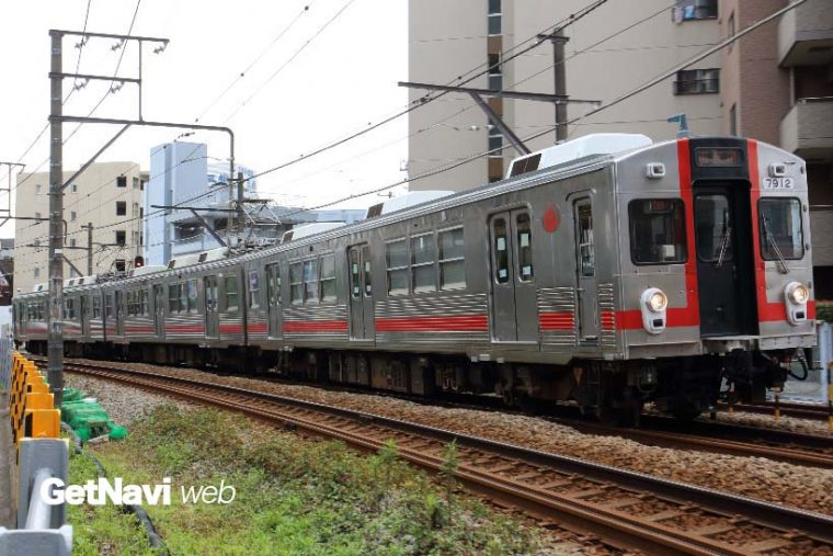 """↑""""歌舞伎塗装""""車として人気の7700系7912編成。この編成だけ特徴のある車体色となっている"""