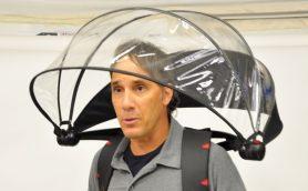 手で使わずに雨から身を守れる! スマホ操作しながら使える「便利なハンズフリーアイテム」3選