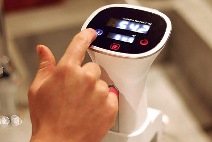 1 BONIQを鍋にセットし、食材に合った温度と時間を設定。水を入れて、スタートボタンを押す。