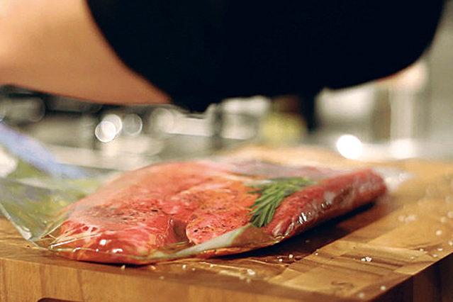 2 食材に味付けをする。食品保存用袋に入れて密閉し、設定温度になったら鍋に入れる。