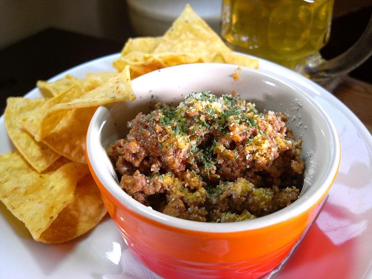 ↑豆なし、肉だらけの「自家製チリコンカン&チップス」(700円)。クミンが利いてふんわりやわらかなおいしさで、バーガー前の酒のつまみに最適!
