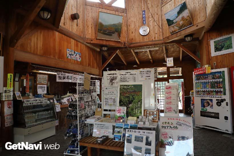 ↑高森駅の駅舎内では復興応援グッズや阿蘇の土産品が数多く販売されている