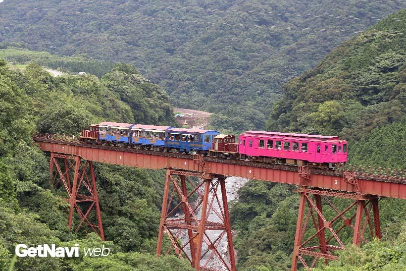 ↑(震災前)立野橋梁をトロッコ列車+MT3010形気動車が渡る。素晴らしい眺望が楽しめた