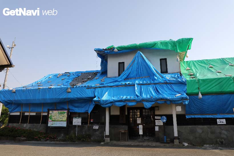 ↑(震災後)駅舎内に温泉施設があった阿蘇下田城ふれあい温泉駅。建物が一部崩れたため、駅舎はシートに覆われていた
