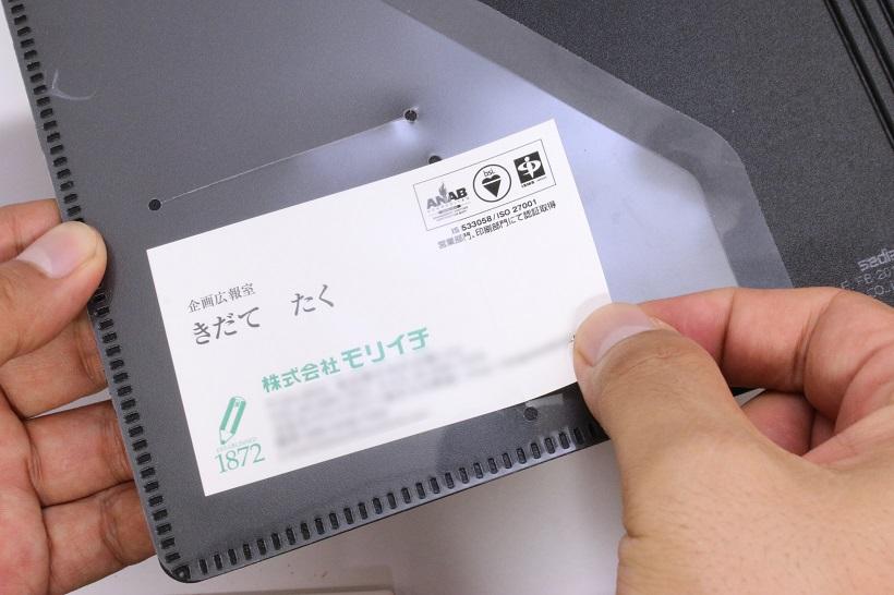 ↑名刺用ポケットは縦と横に。自分の名刺ともらった名刺で使い分けられる