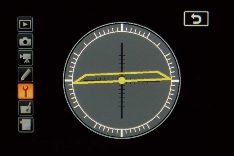 ↑D7500の電子水準器。前後左右に対応し、建物や風景、書物などの複写を行う場合などに役立つ。水準器はファインダー内にも表示可能で、この場合も前後左右方向の傾きが表示される