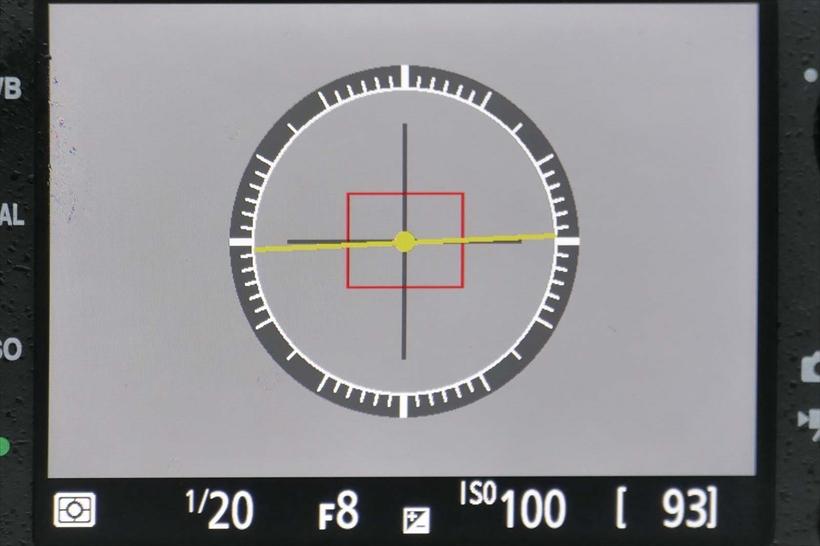 ↑D7200の電子水準器は、左右方向のみで、画面の傾きは直せるが、ボディの仰角を確認できない。D7500同様、ファインダーでも利用できる