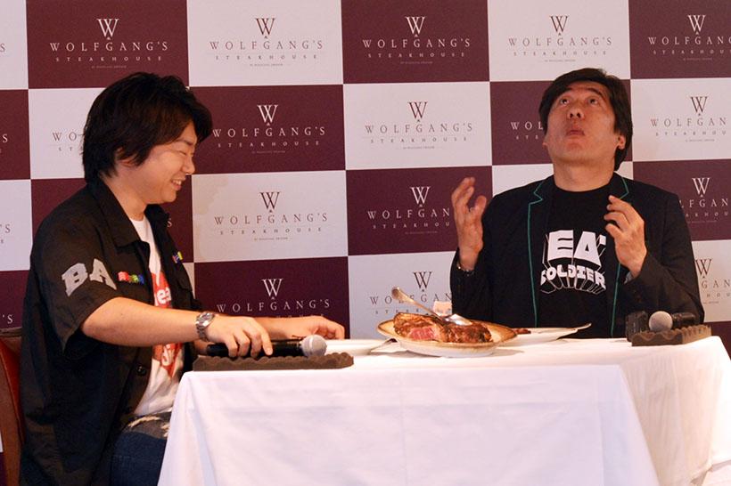↑ステーキを前に肉談義を繰り広げる田辺晋太郎さん(左)と寺門ジモンさん(右)