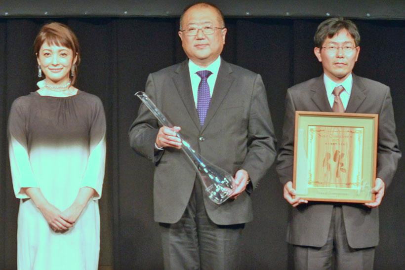 ↑中央が6代目蔵元の清水慎一郎さんで、右が杜氏の内山智広さん。左は純米酒部門のゲストプレゼンターとして登壇した女優の平山あやさん
