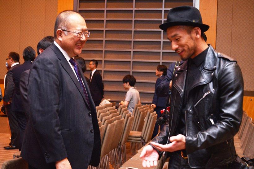 ↑蔵元の清水慎一郎さん(左)とSAKE COMPETITION主宰のひとり・中田英寿さん(右)