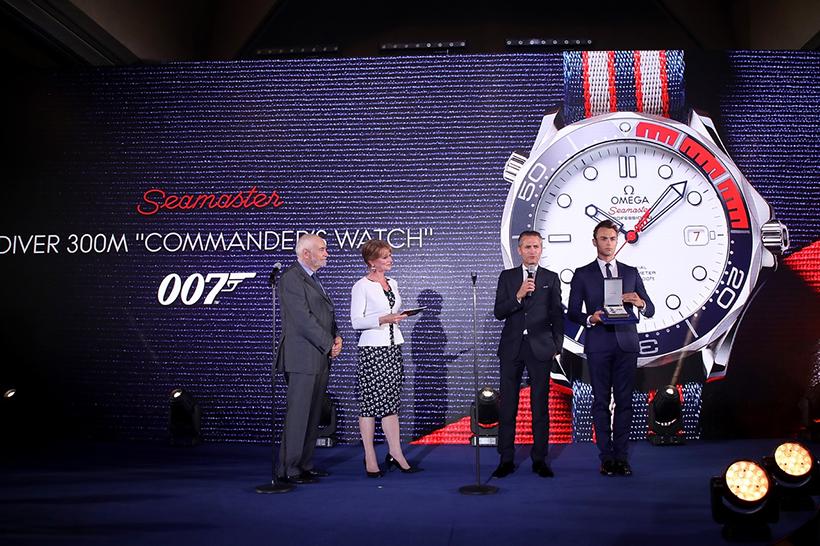 ↑『007』シリーズを⼿掛ける映画プロデューサーのマイケル・G・ウィルソン、5 代⽬ジェームズ・ボンド役のピアース・ブロスナン主演作品でマネーペニー役を演じた⼥優のサマンサ・ボンド、オメガ社社⻑ 兼 CEO のレイナルド・アッシェリマン