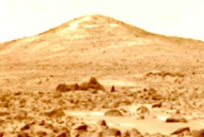 ↑ツインピークスの手前に発見されたスフィンクス。エジプトのそれよりも大きいと推定される