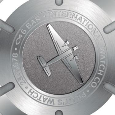 ↑ステンレススチール製のケースバックには、1930年代に製造されたユンカースJu52の飛行シーンを刻印