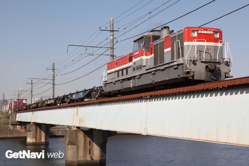 ↑防音対策などを施したDE11形式2000番代。新鶴見機関区に配置、首都圏の貨物駅などで稼働している
