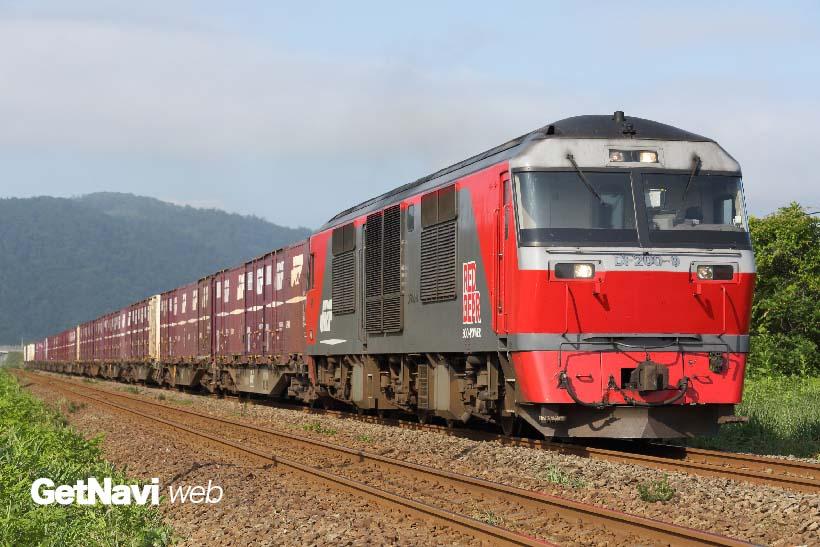 ↑北海道内の貨物輸送に欠かせないDF200形式。愛称は「レッド・ベア」。本州の関西本線でも一部列車のけん引を始めている
