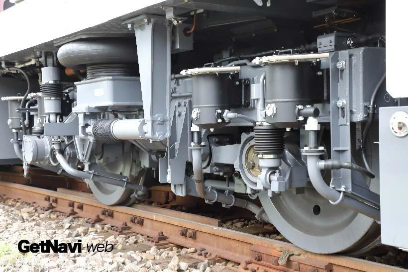 ↑台車には機関車特有の砂撒き装置などが付く。空気バネの採用で乗り心地も向上している