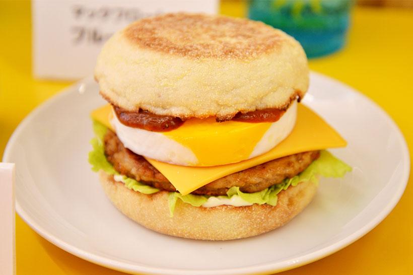 ↑チーズロコモコマフィン/税込330円(朝マック限定。朝のバリューセットは税込530円、コンビは税込400円)