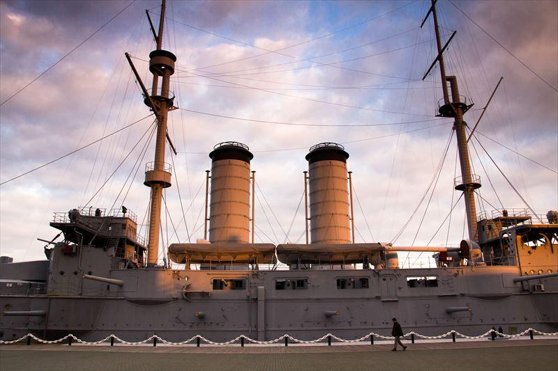 ↑夕日の光を浴びて、雲や軍艦が部分的にオレンジ色に輝いていた。そんな印象的な光景を捉えた