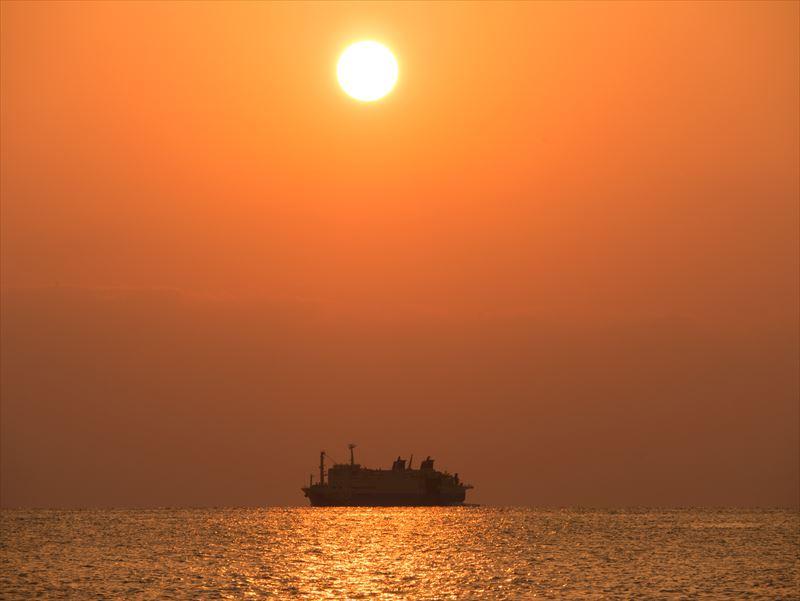 ↑夕日を主題にしつつ、脇役として船を配置した。280ミリ相当の画角で撮影