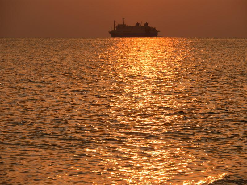 ↑上の写真と同じ場所だが、こちらは夕日で輝く海面を大きく捉えることで、夕景らしさを表現している