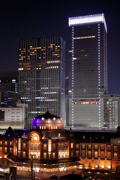 ↑上の写真は平日の夜に撮影。ビルの窓に明かりが灯り、きらびやかなビルの夜景写真に仕上がった。下の写真は休日に撮影。ライトアップされた東京駅は印象的だが、背後のビルは明かりが少なくて寂しく感じる。このようなときは、東京駅だけをアップで狙ったほうがいい