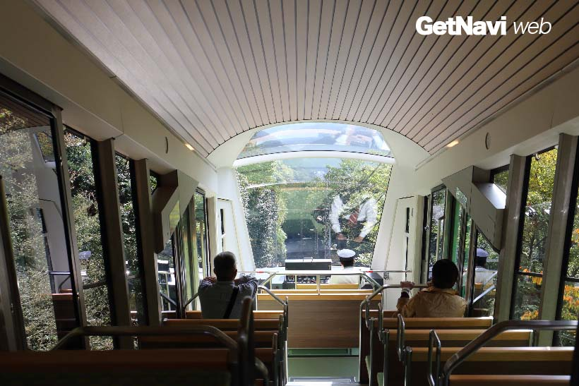 ↑ゆるやかなカーブを描いた天井がおしゃれな車内