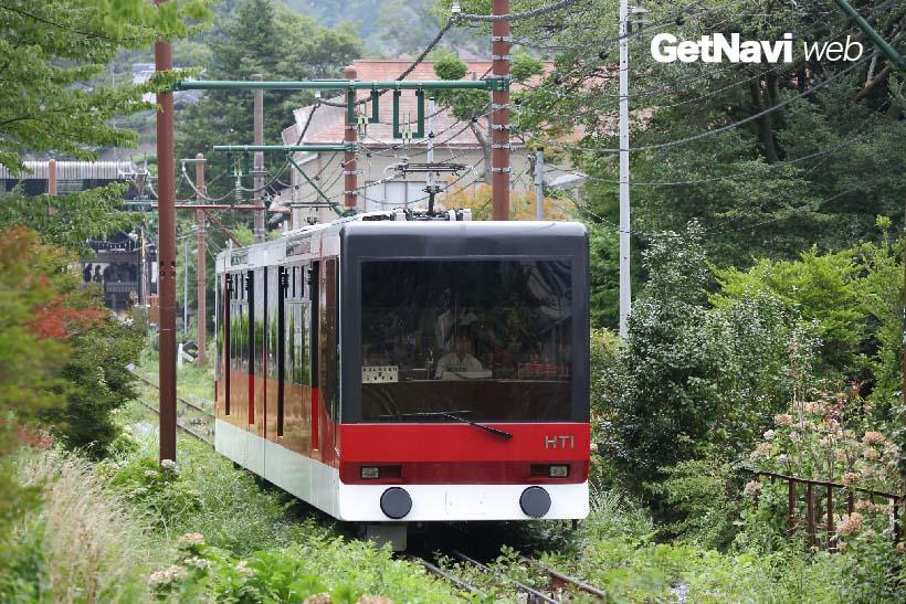 ↑強羅の別荘地内を走る箱根登山ケーブルカー。スイスのガングロフ社の車両が使われる