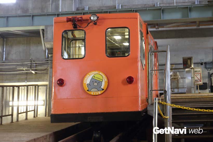 ↑青森県・竜飛岬にある青函トンネル記念館内の記念館駅からケーブルカーへ乗り込む