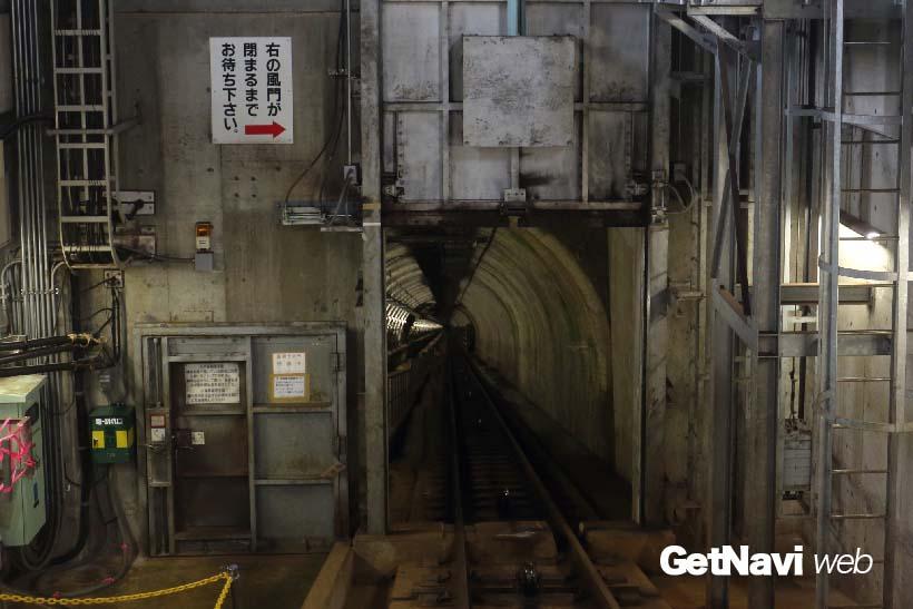 ↑記念館駅のトンネル入口には風門がある。気圧差を調整するため、この風門を開け閉めしてケーブルカーを走らせている。乗客は風門を閉じた後に、駅の外に出ることができる