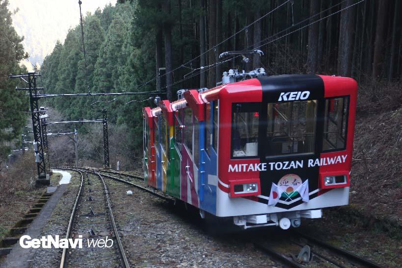 ↑赤い車体は「御嶽」号。2008年、緑の「武蔵」号とともに3代目として導入された