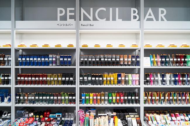 300種類、約5,000本の鉛筆が並ぶ『ペンシルバー』は圧巻。世界各地の鉛筆20ブランドが揃う