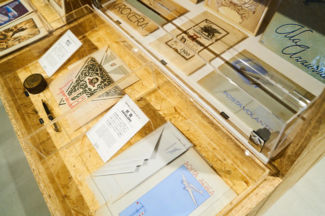 世界的に評価の高いコンセプトショップ「インクウェル」による封筒など紙ものの展示も