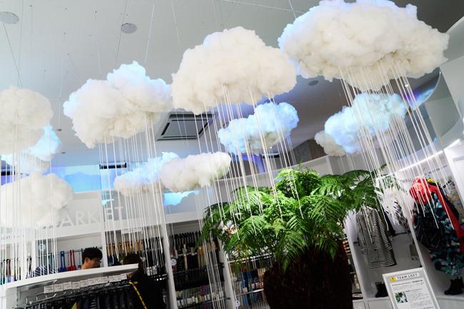 3階にある旬の情報を「モノ」×「コト」で発信する「ロフトマーケット」。梅雨時のオープンということもありレイングッズのコーナーでは、プラントハンター・西畠清順さんと、インドネシアのビジュアルデザインスタジオ「Sembilan Matahari」のコラボによる展示が。プロジェクションマッピングで「原始森林の雨」を降らせるという、うっとうしい梅雨を吹き飛ばす楽しい演出