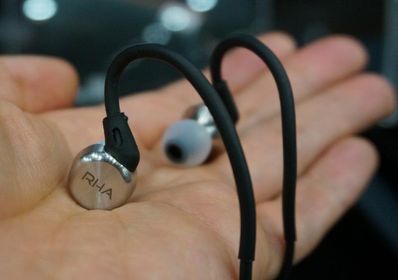 ↑耳掛けタイプの装着スタイル