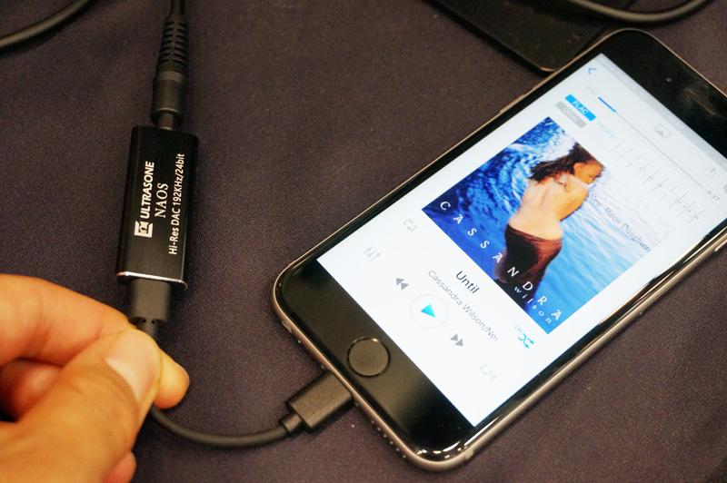 ↑iPhoneに接続してバスパワー給電で駆動する